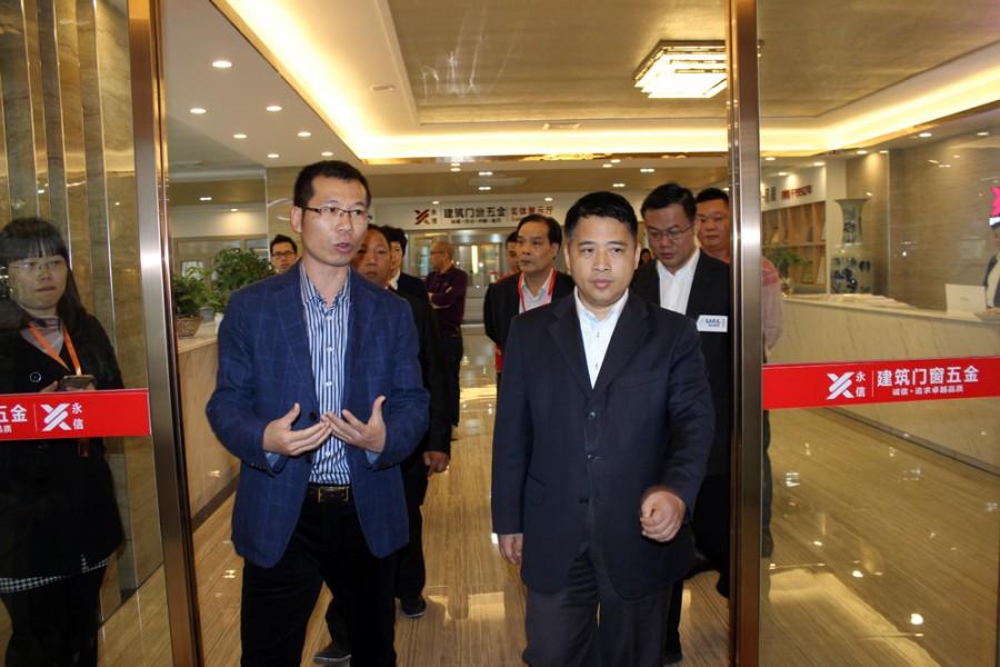 黄志豪书记等领导视察永信铝门窗五金科技展厅